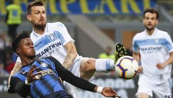 Bild aus der letzten Saison: Inters Keita Balde (links) und Lazios Francesco Acerbi im Zweikampf.