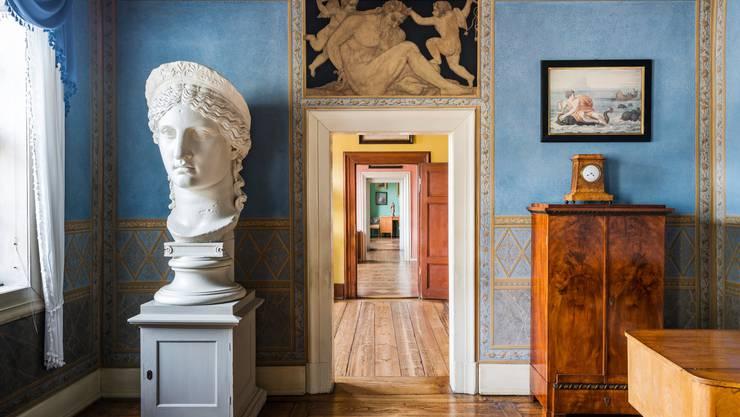 Goethes repräsentatives Wohnhaus mit den farbigen Wänden (nach seiner Farbenlehre konzipiert) und voller Kunstwerke ist im Originalzustand erhalten. Sehenswert!