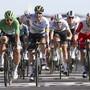 Der irische Meister Sam Bennett (2. von links) hat im Sprint der 10. Etappe der Tour de France die Nase vorne