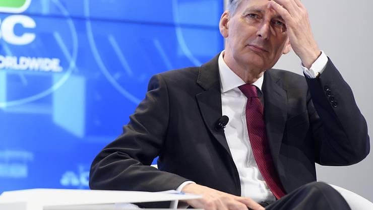 Hammond sprach in Davos Klartext und warnte: Londons Finanzplatz würde sich nicht nach Europa verschieben, sondern nach Übersee.