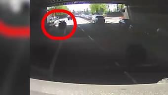 Nachdem er den Velofahrer angefahren hatte, fuhr Täter davon.
