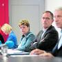 Der Zürcher Regierungsrat lässt sich in der Coronakrise unter anderem von der neuen Kantonsärztin Christiane Meier (ganz links) und einem Sonderstab mit Polizeikommandant Bruno Keller (ganz rechts) beraten. Bild: Dominique Meienberg