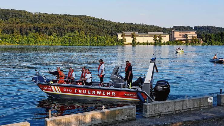Die Feuerwehr Waldshut-Tiengen macht sich auf den Weg zur Suche mit dem Feuerwehr-Mehrzweckboot.