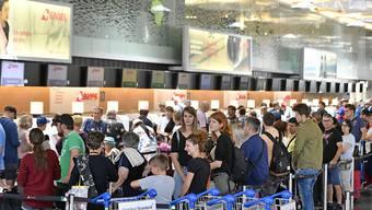 Reisen ist nicht ohne Risiko. Deshalb bietet das EDA in einer neuen App Hilfe. Im Bild: Warteschlangen beim Ferienstart im Juli auf dem Flughafen Zürich. (Symbolbild)
