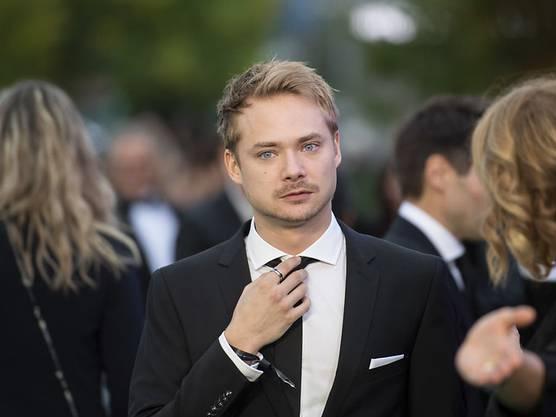 Der Hauptdarsteller im ZFF-Eröffnungsfilm, der Schweizer Schauspieler Sven Schelker auf dem grünen Teppich.