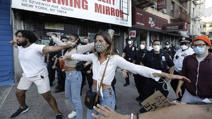 Diese Demonstranten in New York stellten sich vor die Polizisten, damit sie nicht von Gegenständen anderer Protestierender getroffen werden.