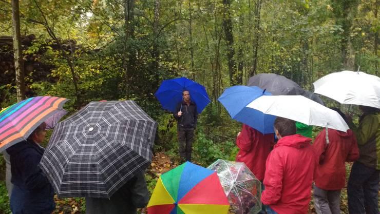 15 Personen nahmen an der Waldbegehung teil.