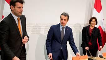 Staatssekretär Roberto Balzaretti, Bundesrat Ignazio Cassis und Staatssekretärin, Pascale Baeriswyl vor dem Beginn der Medienkonferenz über die Beziehungen zwischen der Schweiz und der EU.
