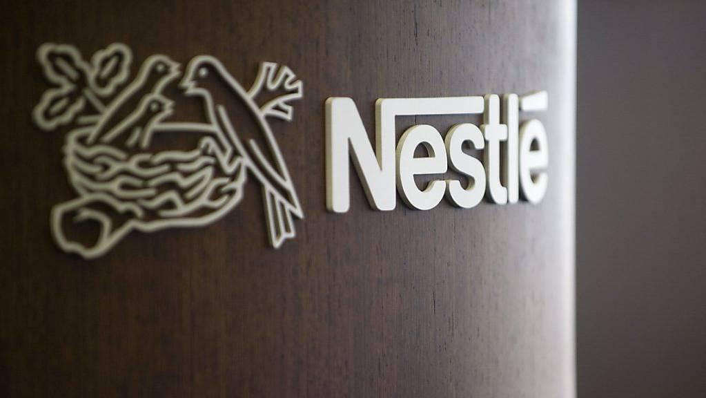 Der Nahrungsmittelkonzern Nestlé sieht sich mit Vorwürfen zu Babymilch-Produkten konfrontiert. Einige Produkte sollen krebserregend sein, wie die deutsche Konsumentenorganisation Foodwatch kritisiert. (Archivbild)