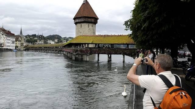 Der Wasserturm mit Kapellbrücke in Luzern (Archiv)