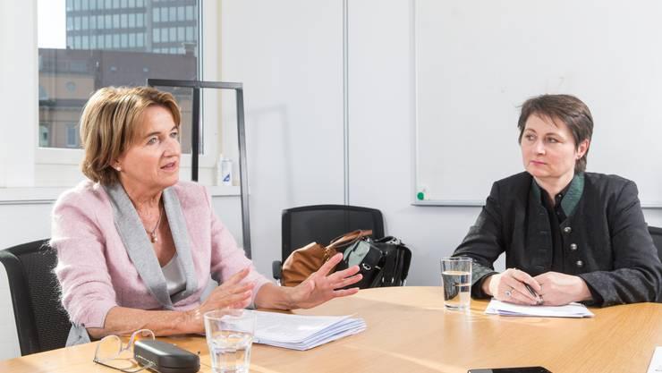 Geschenk für die Gemeinden: Regierungsrätin Franziska Roth (rechts) passt die Zuweisungspraxis an und senkt die Ersatzabgabe. Renate Gautschy, Präsidentin der Gemeindeammännervereinigung (links), freut sich.