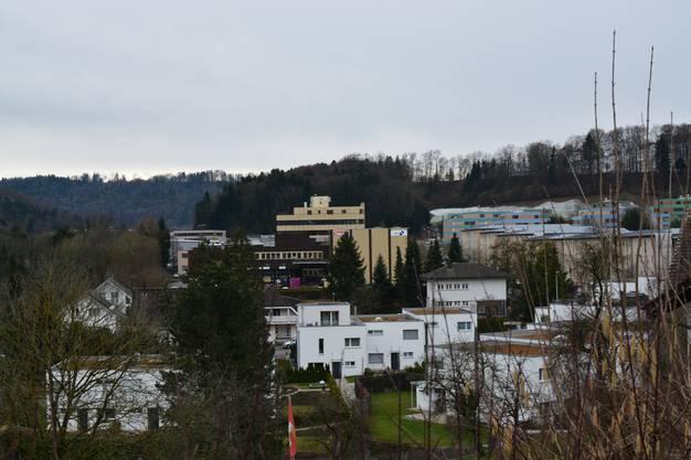 Das Gebäude liegt an der Industriestrasse 19 gegenüber der Wohn- und Gewerbesiedlung Honerethof.