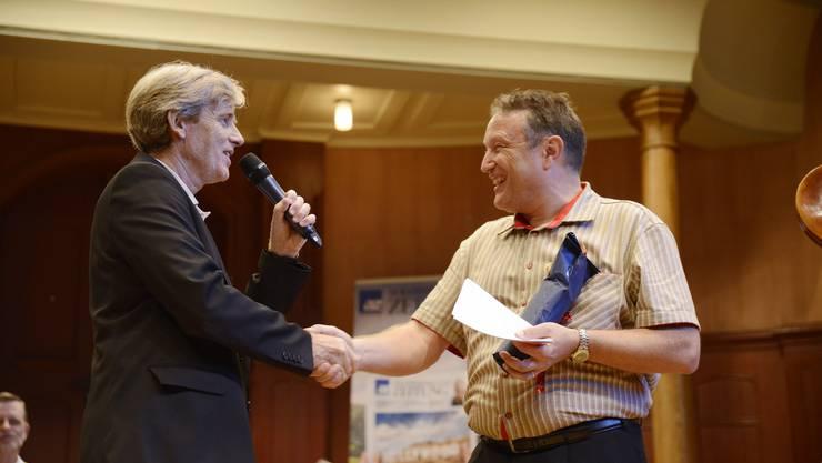 Theo Eckert bedankt sich beim neuen Moderator von «So tönt's ar HESO» Stefan Schwarz