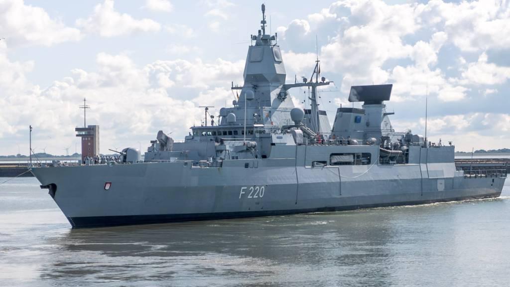 ARCHIV - Die Fregatte «Hamburg» läuft aus dem Hafen zu einem fünfmonatigen Mittelmeer-Einsatz im Rahmen der Auslandsmission Irini der Europäischen Union vor der Küste des Bürgerkriegslandes Libyen aus. Foto: Sina Schuldt/dpa