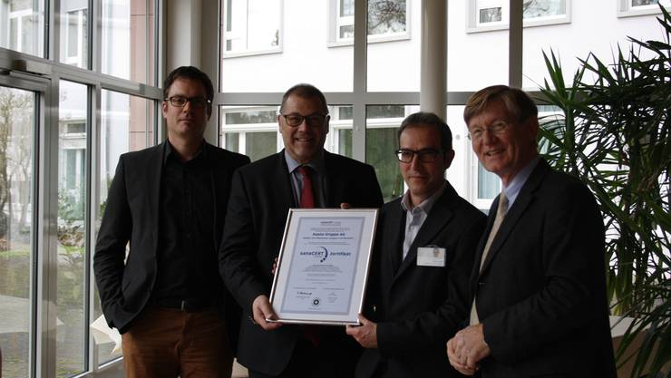 Die Asana Gruppe AG freut sich über das Zertifikat: Daniel Schibler, Alfred Zimmermann, Ramon Soler, Dr. med. Christoph Cottier (v.l.).