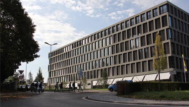 Vor dem Fachhochschul-Campus in Brugg-Windisch kann der Fussgängerstreifen nicht wie geplant bis Weihnachten entfernt werden. cm/Archiv AZ