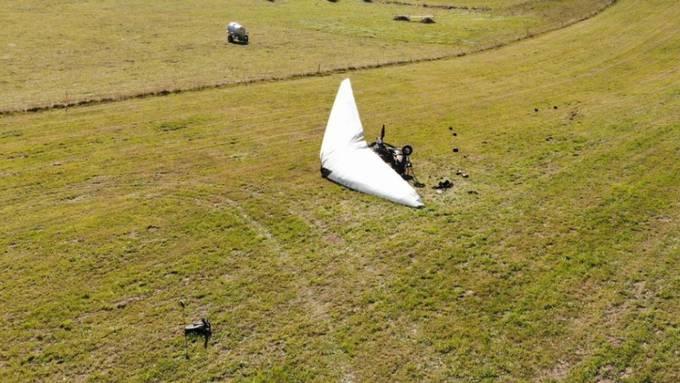 Nach der harten Landung liegt der motorisierte Deltaflügel auf einer Wiese im jurassischen Le Prédame: Der Pilot und dessen Tochter wurden verletzt.