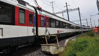 Der Zug kollidierte mit einem Aushubkübel eines Baustellenkrans (Bildquelle: Polizei Schwyz)
