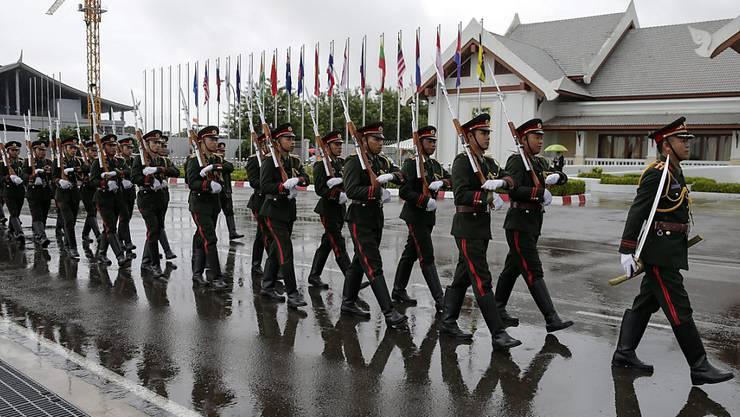 Die Ehrengarde von Laos bereitet den Empfang der Gäste des Gipfels der Südostasiatischen Staatengemeinschaft (ASEAN)  vor.