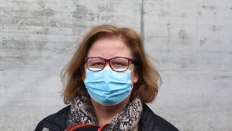 Roberta Samero, 54, Frick: «Ich finde die Pflicht gut, da man jetzt nicht mehr selbst entscheiden muss, ob man eine Maske anziehen soll oder nicht. Mein Motto lautet: Lieber man hat eine Maske getragen, obwohl nichts passiert wäre, als dass man keine getragen und sich infiziert hat.»