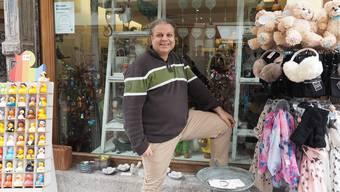«Wenn ein Flohmarkt in der Region stattfindet, muss ich einfach hin»: Claudio Meier vor seinem Laden «Cameleon» in der Rheinfelder Altstadt.