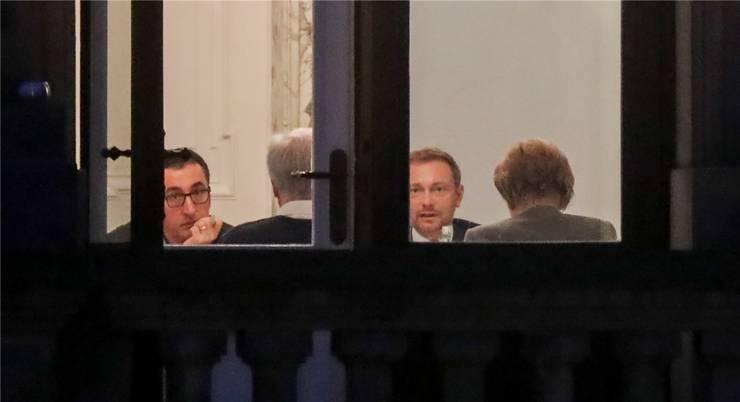 Grünen-Chef Cem Özdemir (l.), Bayerns Ministerpräsident Horst Seehofer (CSU), der FDP-Parteivorsitzende Christian Lindner und Kanzlerin Angela Merkel (CDU) bei der Sondierung in Berlin.