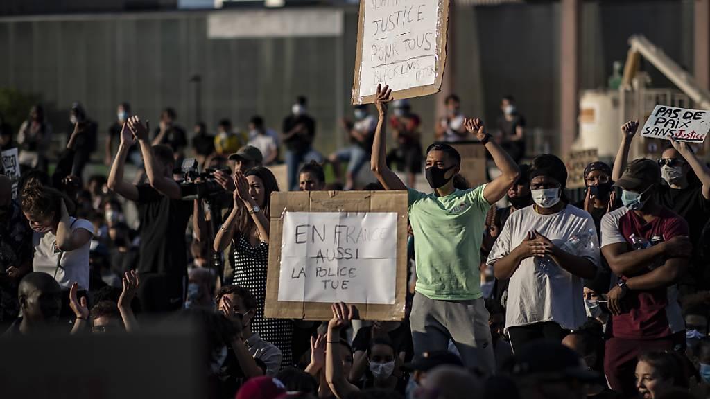 Tausende demonstrieren in Paris gegen Rassismus und Polizeigewalt