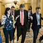 Der demokratische Senator von West Virginia Joe Manchin (Mitte) spricht am Donnerstag im US-Capitol zu Journalisten über die weiteren Möglichkeiten, bei der US-Einwanderungsreform einen Kompromiss zu finden.