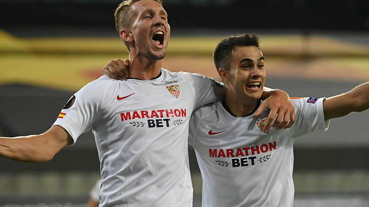 Siegtorschütze Luuk de Jong (links) freut sich mit Sergio Reguilon über den Einzug in den Final der Europa League