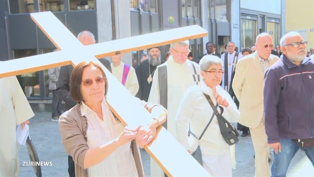 Rund 1000 Menschen am Kreuzweg in Zürich
