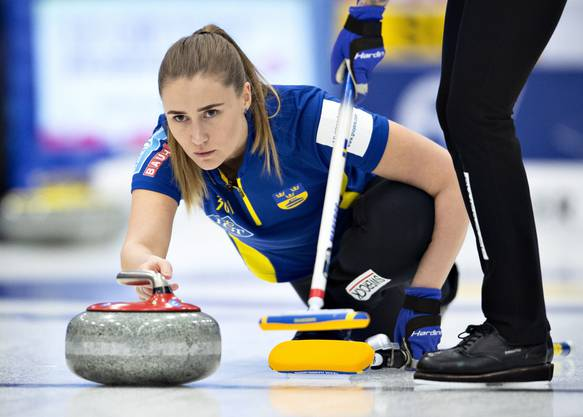 Die Schwedinnen halten mit: Immer wieder gleichen die beiden Teams aus, das Spiel wird erst im Zusatz-End entschieden.