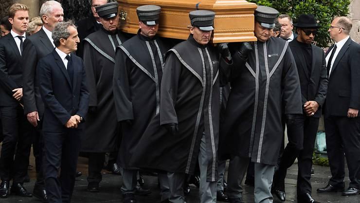 Niki Laudas Sarg wird begleitet von viel Prominenz aus dem Stephansdom in Wien getragen