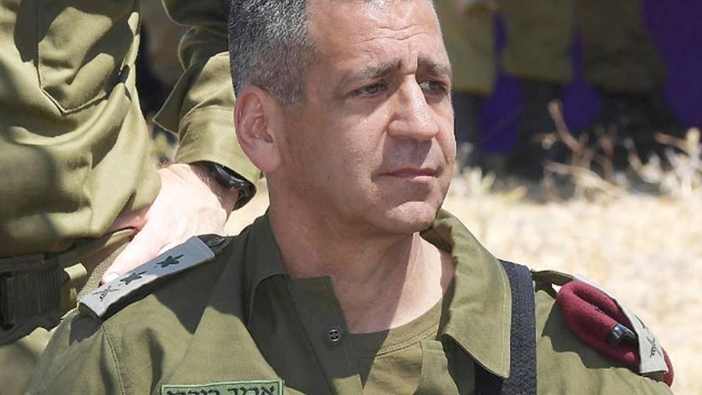 Israels Generalstabschef Aviv Kochavi begibt sich in Quarantäne, nachdem er vor etwa einer Woche mit einem Soldaten in Kontakt gekommen war, der inzwischen positiv auf das Coronavirus getestet wurde.