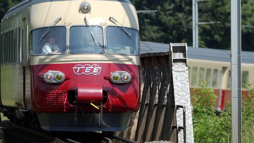 Auch ein Bijou aus vergangenen Zeiten: Der 1961 erbaute und restaurierte Trans - Europ - Express RAe TEE 2, Nr. 1053. Ab 1988 verkehrte der Zug in grau, im Auftrag von SBB Historic wurde ihm dann wieder der klassische rot/creme-farbene Anstrich verpasst. (Archivbild)
