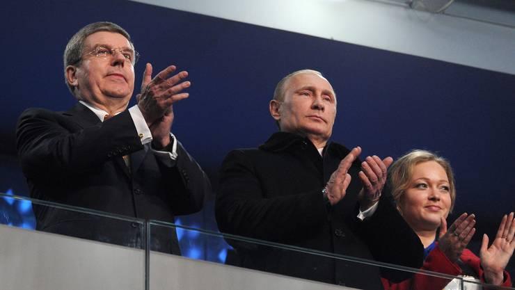 Der stolze russische Präsident Wladimir Putin neben IOC-Präsident Thomas Bach (links)