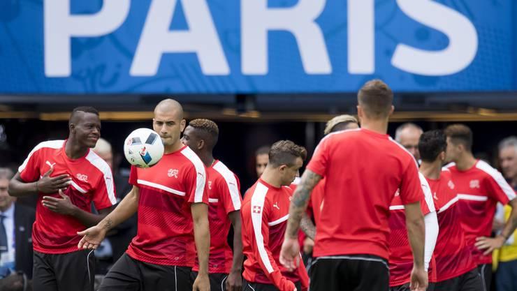 Die Schweizer Nationalmannschaft trainiert für den grossen EM-Auftritt gegen Rumänien. Mindestens ein Punkt muss her fürs Weiterkommen.