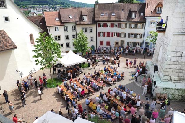 Rund 200 Personen verfolgten in diesem Jahr die Turmrede der 31. Oltner Kabarett-Tage, auf dem Balkon gehalten von Peter Gomm.