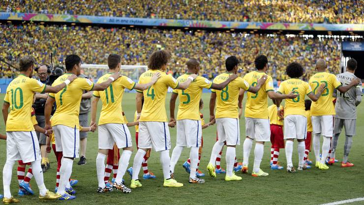 Die Brasilianer marschieren fürs Spiel gegen Kolumbien aufs Feld. Ob sie dies nun auch ohne Neymar so stolz und vereint tun werden?