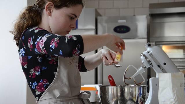 Die jungen Kuchenbäckerinnen bei der Arbeit