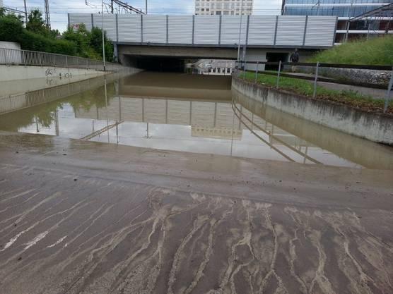 Die Unterführung Golschlägistrasse steht noch unter Wasser