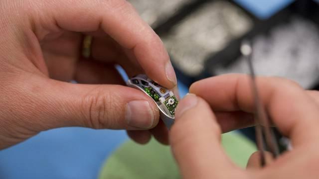Ein Hörgerät wird hergestellt (Symbolbild)