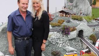 Das Ehepaar Ernst und Regina Rosenberg besitzt eine grosse Modelleisenbahn im Garten.