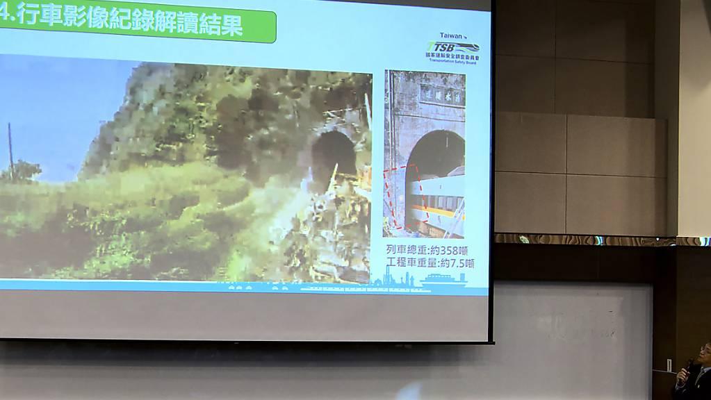 Yang Hong-chih, Direktor der taiwanesischen Verkehrssicherheitsbehörde, zeigt  Aufnahmen, die von der Armaturenbrettkamera des Kranwagens.vor dem Zusammenstoß mit einem Schnellzug aufgenommen wurden. Foto: Johnson Lai/AP/dpa