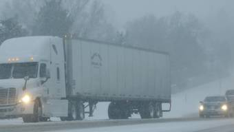Ein Lastwagen kommt aufgrund der rutschigen Fahrbahn nicht voran