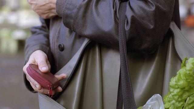 Ein Rentner wird zu Boden geworfen und das Portemonnaie geraubt (Symbolbild).