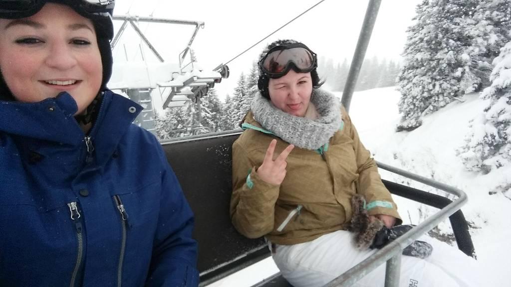 Da war die Welt noch in Ordnung: Ladina Lampert (links) und ihre Kollegin am Samstag, bevor die Lawine sie erfasste. Bild: ZVG