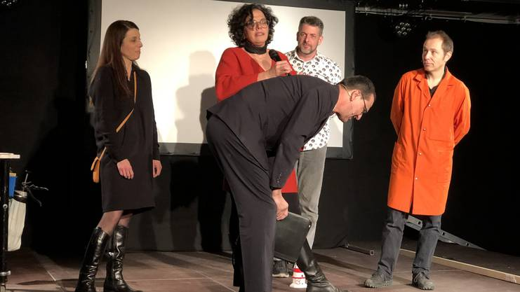 An der Eröffnungsfeier am 12. Januar stellte sich Christian Höhener vom Duo Lapsus als Rednerpult für Co-Präsidentin Kerstin Camenisch zur Verfügung. Auch auf der Bühne: Co-Präsidentin Carla Hohmeister, Betriebsleiter Fabian Hauser und Peter Winkler (in Orange), Höheners Comedy-Partner.
