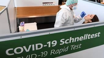 Covid-19 Schnelltests am Flughafen Wien in Schwechat. Foto: Helmut Fohringer/APA/dpa