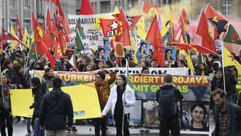 Rund 2000 Demonstranten ziehen an einer Grosskundgebung gegen den Einmarsch der Türkei in Nordsyrien durch die Basler Innenstadt.
