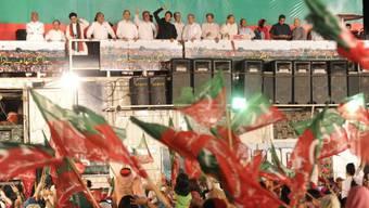 Oppositionsführer Imran Khan vor seinen Anhängern